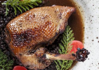 Kachna, čočka beluga, fermentovaná ředkvička